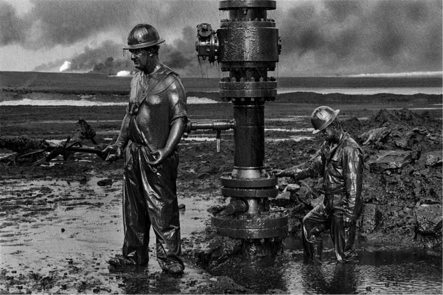 """A antológica imagem do fotojornalista - e também economista - Sebastião Salgado em """"Trabalhadores"""", registrada em 1991 em um campo de extração de petróleo no Kuwait"""