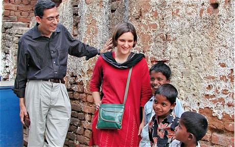 O casal de pesquisadores brincando com crianças indianas aleatoriamente selecionadas