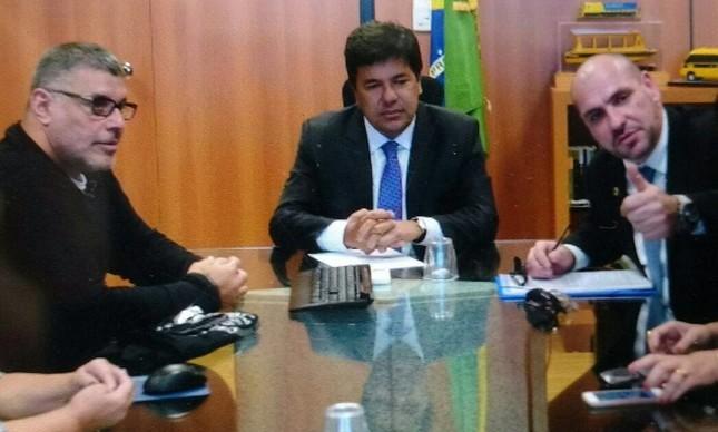 """O Ministro da Educação, Mendonça Filho, recebendo a proposta do """"Escola Sem Partido"""" de Alexandre Frota e do ex-pastor Marcello Reis"""